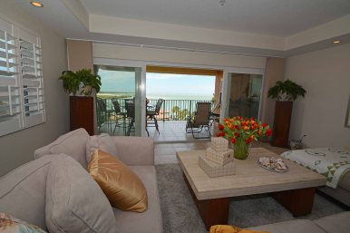 VERY RELAXING LIVING ROOM THAT OVERLOOKS THE BALCONY & THE GULF OF MEXICO